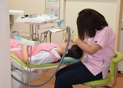 治療風景です。患者様に負担がないよう、細心の注意をはらい治療させていただきます。