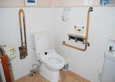 トイレには手すりがあります。