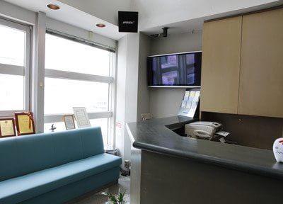受付と待合室です。テレビも設置しているので、お待ちの間ご覧下さい。