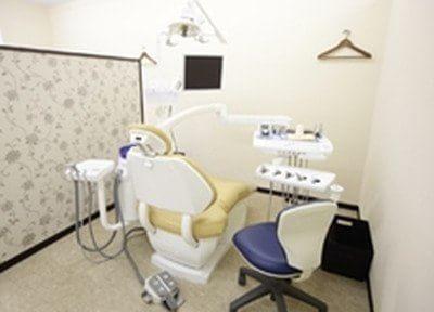 診療室内の各チェア間は仕切りを設けており、ゆったりとしたスペースを確保しています。