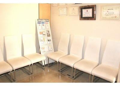診療前後は、こちらの待合室でおくつろぎくださいませ。