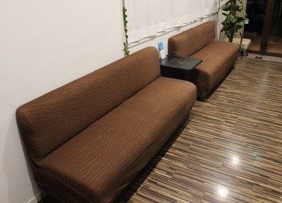 待合室にはふかふかなソファーがあるので、ゆったりとお待ちになれます。