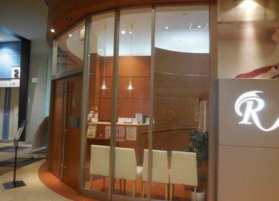 待合室はガラス張りで明るい雰囲気です。