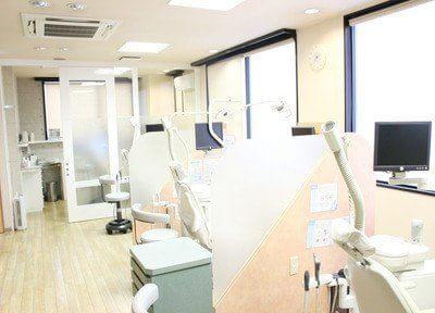 診療室です。パーテーションで仕切られているので、患者様のプライベート空間を確保できます。