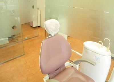 診療室です。すりガラスで仕切られておりますので、開放感を残しつつプライバシーにも配慮しております。