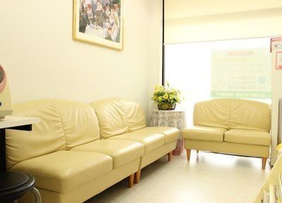 待合室はゆったりと過ごせるよう、大きなソファーがあります。