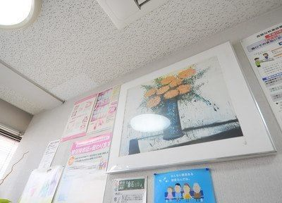 院内の壁には絵を飾り、患者様に歯科知識などもお伝えしています。