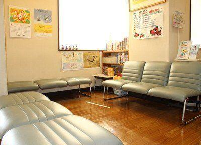 日差しが差し込む、明るい待合室です。