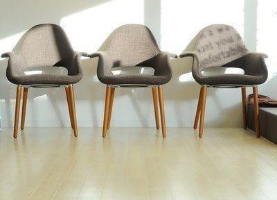 待合室にはスタイリッシュな椅子を設置しておりますので、こちらでお寛ぎください。