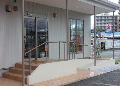 入口にはスロープがあり、手すりも設置しています。