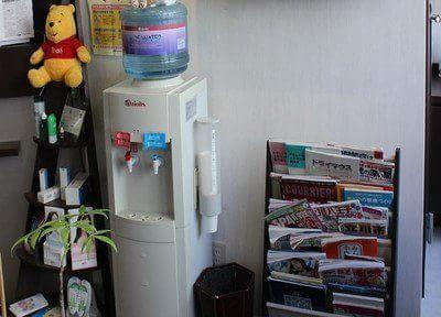 ウォーターサーバーや雑誌を用意しています。待ち時間にどうぞご利用ください。