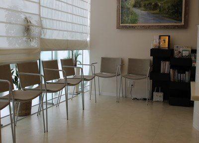 待合室は大きな窓があり、明るく開放的な雰囲気です。