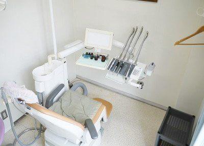 白色を基調とした、清潔感のある診療室です。