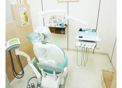 モニター付のチェアで診療中もリラックスして治療を受けることができます。