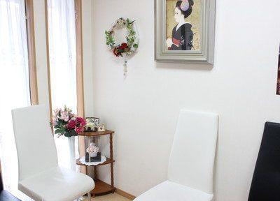 待合室の花や飾りにもこだわっています。