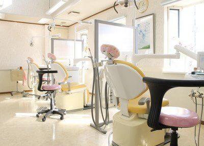 診療室です。パーテーションで仕切られていますので、患者様のプライベート空間の確保ができます。