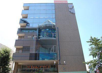 聖蹟桜ヶ丘駅西口より徒歩1分、こちらのビルの6階が当院です。