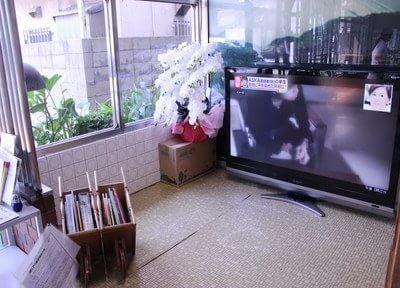 待合室にはテレビを設置しています。