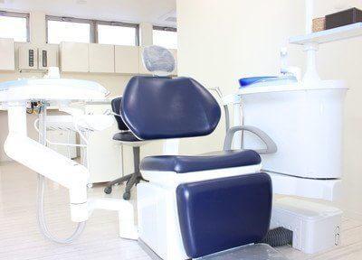 治療用のチェアです。治療スペースは半個室なので、周りを気にせずに治療に臨めます。