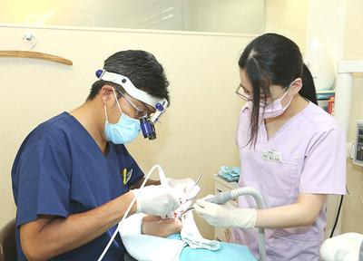 精密な治療をするため、歯科用マイクロスコープを導入しています。
