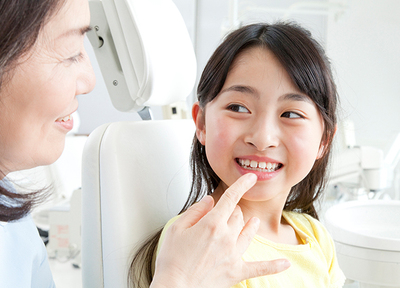 お子さまの歯並びに関する相談も可能。タイミングを見極めながら矯正を行っていきます