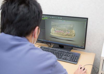 体質的にインプラントが難しい方、外科的手術の負担を避けたい方には、入れ歯治療も行っています。