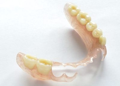 薄くて軽くて噛みやすい、「金具の見えない入れ歯」で笑顔に自信を