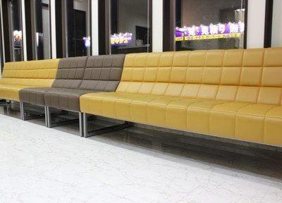 広めのソファーがございます。