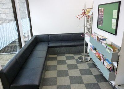 待合室ではソファに掛けてお待ちください。