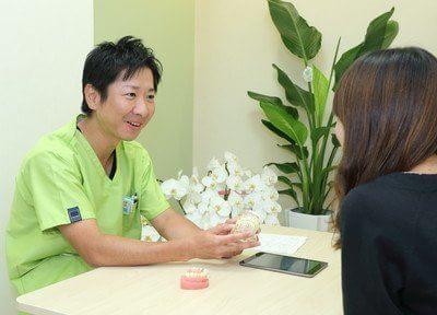院長の小山慎介です。歯の模型などを用いて、分かりやすくご説明します。