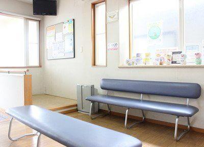 待合室です。ソファにお掛けになってごゆっくりお待ちください。