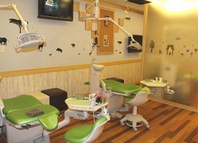 診療室です。壁や治療チェアの上など、いたるところにお子様が喜ぶ動物やキャラクターたちがいますので  、リラックスして治療を受けていただけます。
