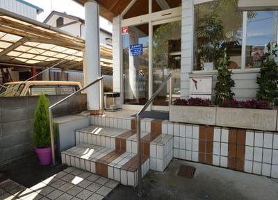 医院の入り口の階段には手すりを取り付けています。