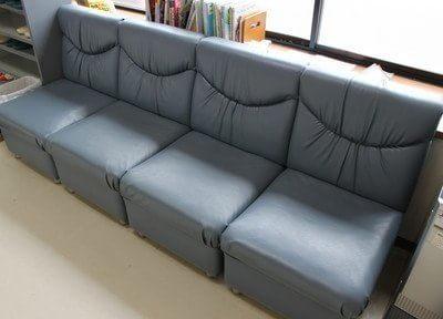 待合室にはふかふかなソファーがあるので、リラックスしてお待ちになれます。