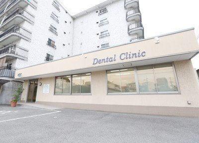 河村歯科医院の外観です。駐車場も完備しています。