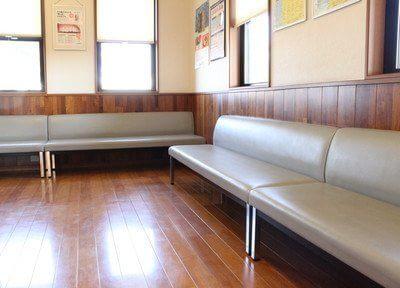 待合室には広いソファーもございますので、座ってお待ちいただけます。