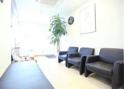 待合室ですふかふかのソファをご用意しております。