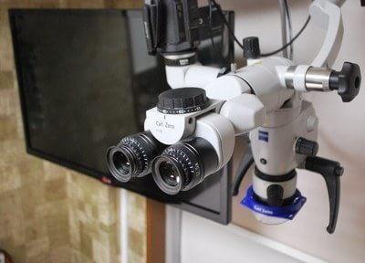マイクロスコープです。精密治療には欠かせない器具で、モニターに映像を映してご説明を行います。