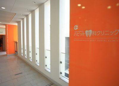 当院入り口まで続く廊下です。オレンジ色が目印です。