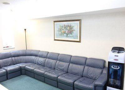 待合スペースです。シックなソファで、おくつろぎくださいませ。