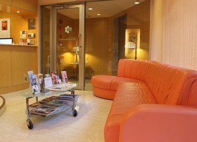 待合室には広いソファーがあるので、ゆったりとお待ちになれます。