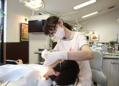 お口の細菌を顕微鏡で確認し、患者さまのモチベーションをアップ。継続治療できるようサポートします
