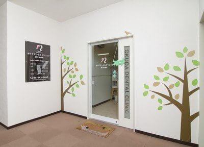 クリニックの入り口です。駅からのアクセスがよく、土曜日も診療を行っています。