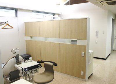 診療室ごとにパーテーションで仕切られているので、周りの目を気にすることなく治療が受けられます。