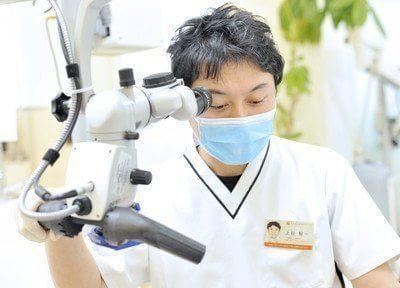 院長です。顕微鏡を用いて、患者様のお口の状況を確認いたします。