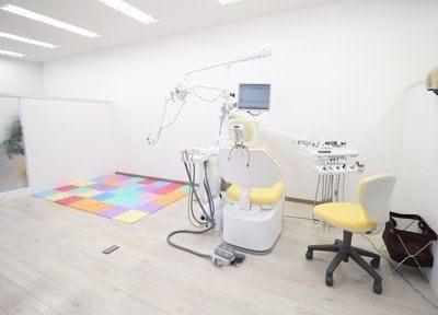 診療チェアの横にキッズスペースがあるので、小さなお子様連れの方も安心して治療を受けられます。