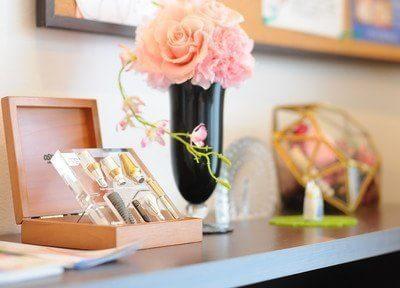 インプラントの器具とお花の飾りです。