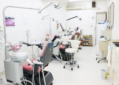 診療チェアの間隔を広く取っているので、快適に治療を受けることができます。