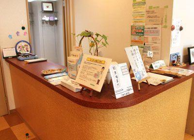 ご来院されましたら、受付にて診察券のご提示をお願いします。