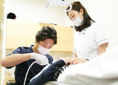 診療風景です。勝部院長が治療を行います。